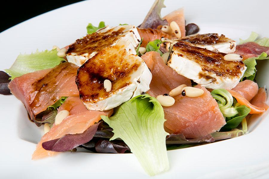 Ensalada de salmón con ahuacates y queso de cabra gratinado