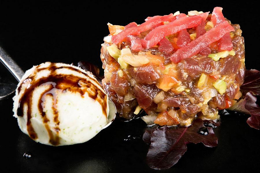 Tartar de atún rojo con sorbete de albahaca