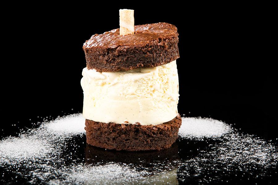 Biscocho templado de chocolate con helado de vainilla
